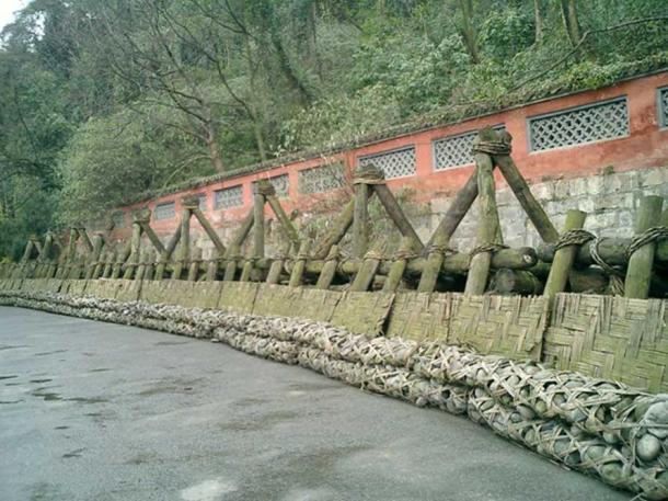 Levée traditionnelle faite de longs paniers en forme de saucisses de bambou tressé remplis de pierres connues sous le nom de Zhulong, maintenues en place par des trépieds en bois connus sous le nom de Macha.