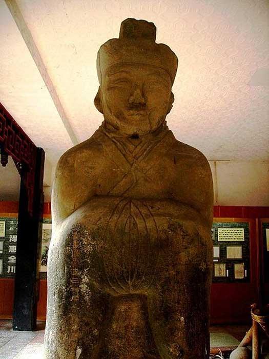 Ancienne statue dévotionnelle de Li Bing exposée à Dujiangyan, en Chine.