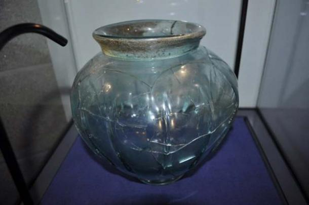 Une coupe romaine en verre.