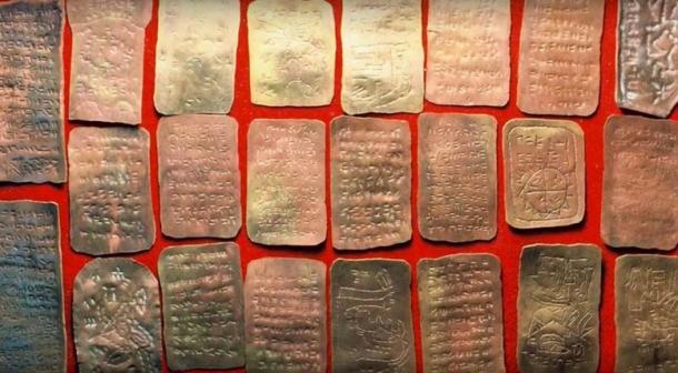 Plaques de cuivre prétendument découvertes dans la grotte de Brewer. (Terry Carter / YouTube)
