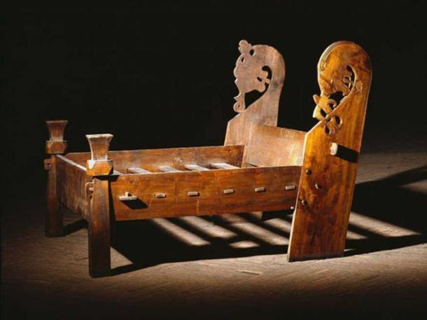 Copie du lit trouvé dans la chambre funéraire du navire Oseberg où deux femmes âgées ont été retrouvées allongées l'une à côté de l'autre.