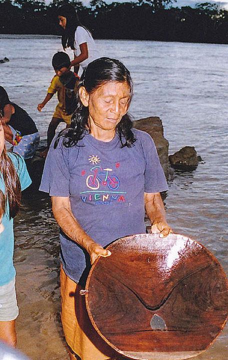 Une vieille femme extrait de l'or dans le fleuve Amazone en Équateur. (Peter van der Sluijs/CC BY SA 3.0)