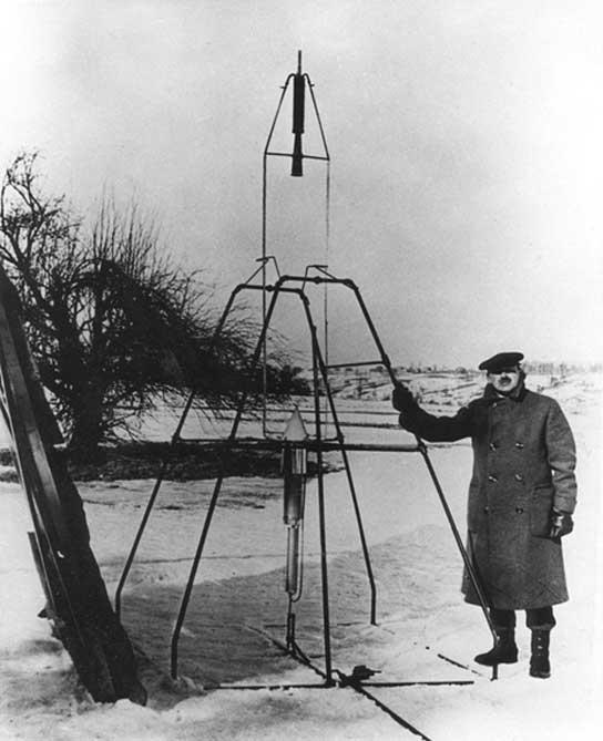 Le Dr Robert H Goddard et la première fusée à carburant liquide à Auburn, Massachusetts, 1926.