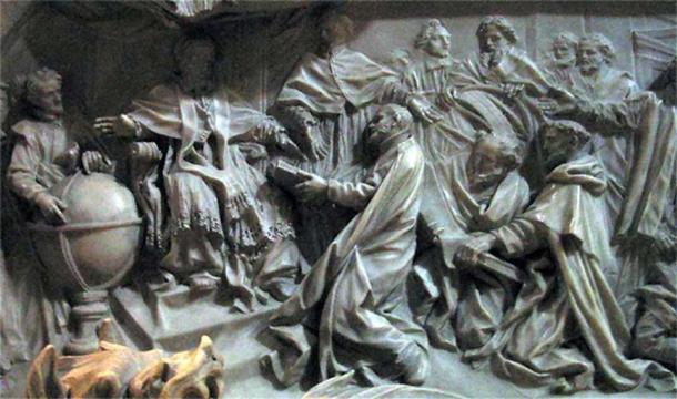 Détail de la tombe du pape Grégoire XIII par Camillo Rusconi (achevé en 1723) ; Antonio Lilio fait une génuflexion devant le pape, présentant son calendrier imprimé.