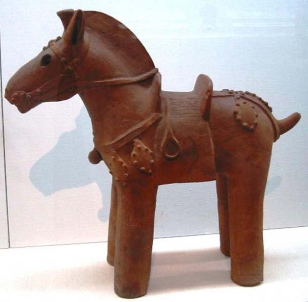 Exemple de statuette de cheval en argile, avec selle et étriers. Cet exemple date de la période Kofun (6e siècle) dans l'histoire de l'empire japonais.