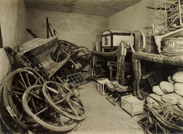 Chambre contenant des lits et d'autres objets provenant de la tombe de Toutankhamon. (Harry Burton : Photographies du tombeau de Toutankhamon : un dossier photographique en 5 albums contenant 490 tirages photographiques originaux ; représentant les fouilles du tombeau de Toutankhamon et son contenu)