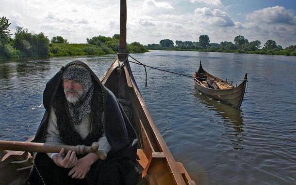 Un Amérindien s'est-il rendu en Islande et a-t-il laissé un marqueur génétique révélateur ? Un homme pilote des répliques de vaisseaux vikings.