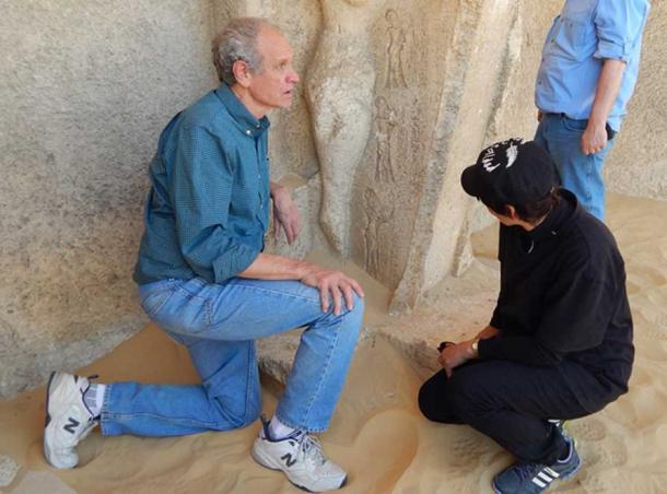 Bob Brier examine des sculptures en Égypte. Crédit photo : Sharon Janet Hague