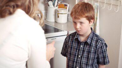 Comment discipliner correctement un enfant pour avoir juré