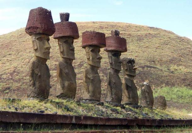 Statues Maoi de l'île de Pâques avec Pukao (CC BY NC ND 2.0)
