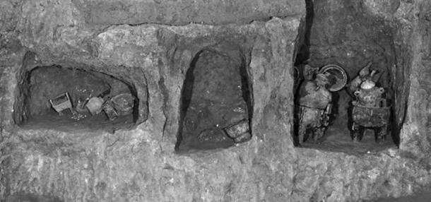 Les récipients de nourriture ont été trouvés pour la plupart dans des niches du mur de la tombe.