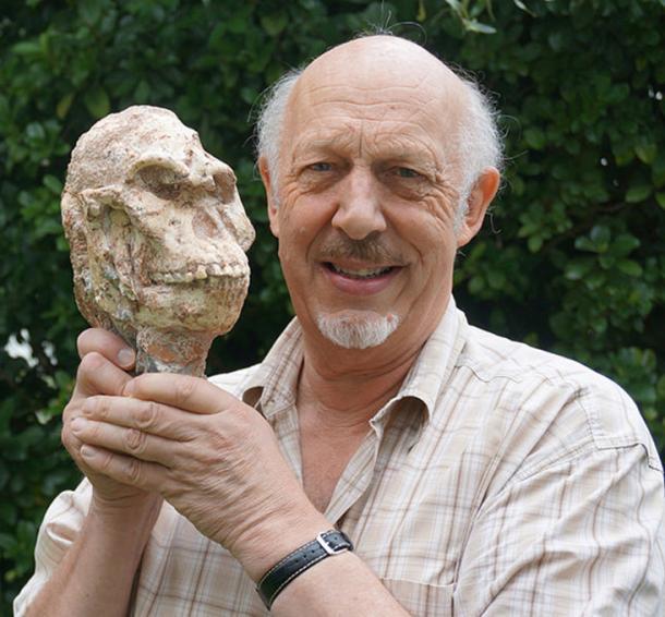 Le professeur Ron Clarke de la Wits University est représenté avec le crâne de Little Foot.