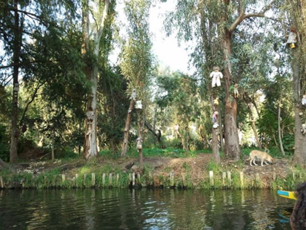 Poupées vues depuis le lac à l'île des poupées. (Amrithraj / CC BY-SA 3.0)