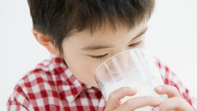 Un petit enfant qui boit du lait